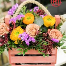 Цветы в деревянном ящике